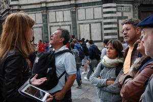 Explicando ao grupo através de fotos com o Ipad