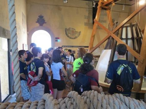 explicando a grupo de estudantes brasileiros no Museu Leonardiano em Vinci