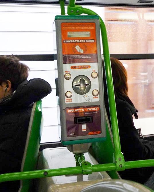 Maquina para validar o bilhete do ônibus - coloque o bilhete 1 vez na parte escrita BIGLIETTI