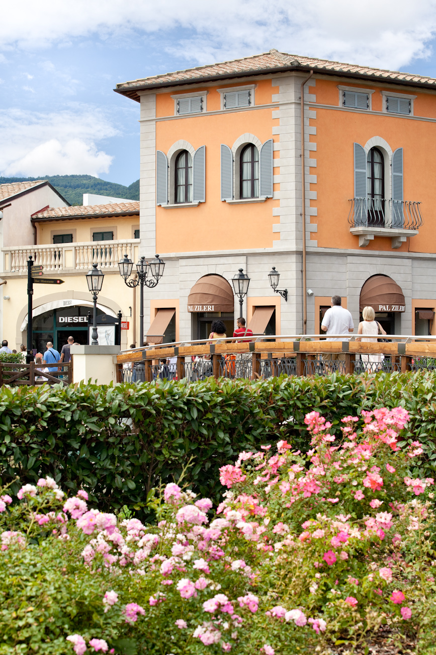 https://passeiosnatoscana.files.wordpress.com/2014/01/mcarthurglen-barberino-designer-outlet_florence.jpg
